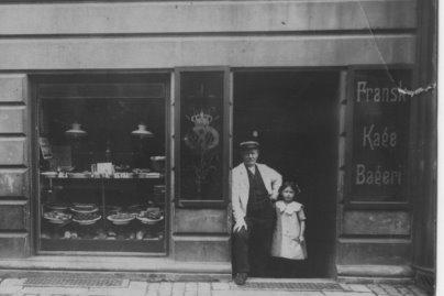 Magda med sin far Carl, som var bager på Vesterbro, 1913. Fotoet venligst stillet til rådighed af Flemming Christiansen, 2010